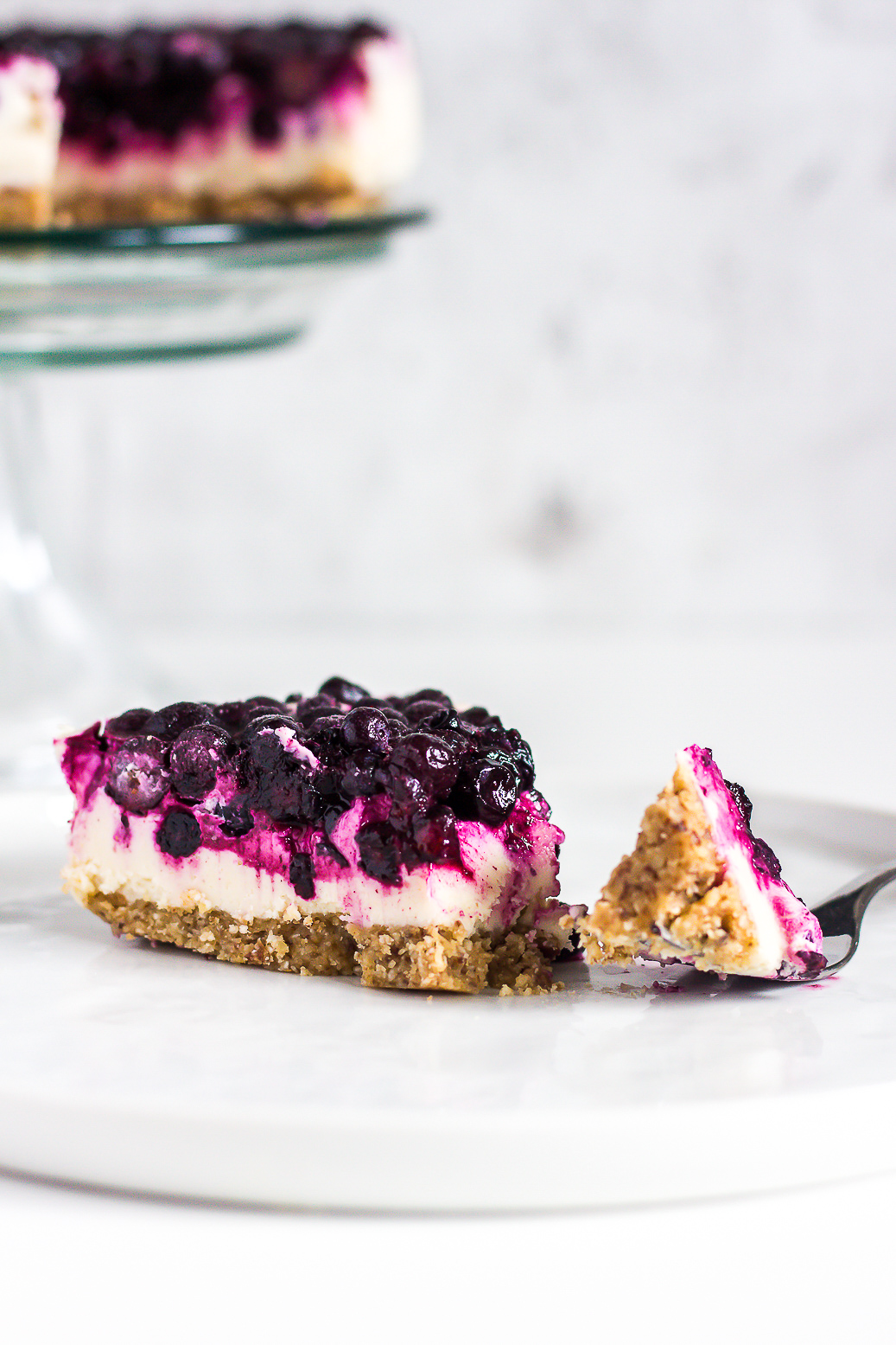(fast) roher veganer Heidelbeer-Zitronen Cheesecake