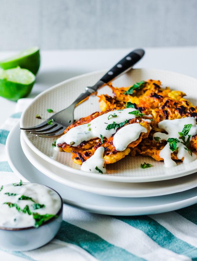 herzhafte Karotten-Mais-Küchlein mit Minzdip #vegan #Dip #glutenfrei